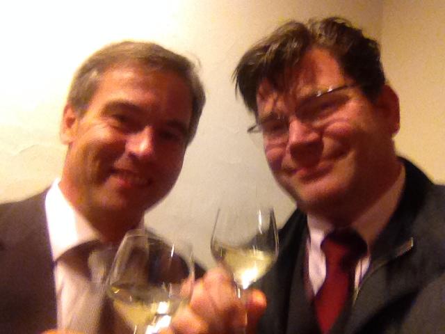 Auf das Wohl Randersackers in der neuen Wahlperiode 2014 bis 2020: Bgm Dietmar Vogel und Matthias Henneberger.