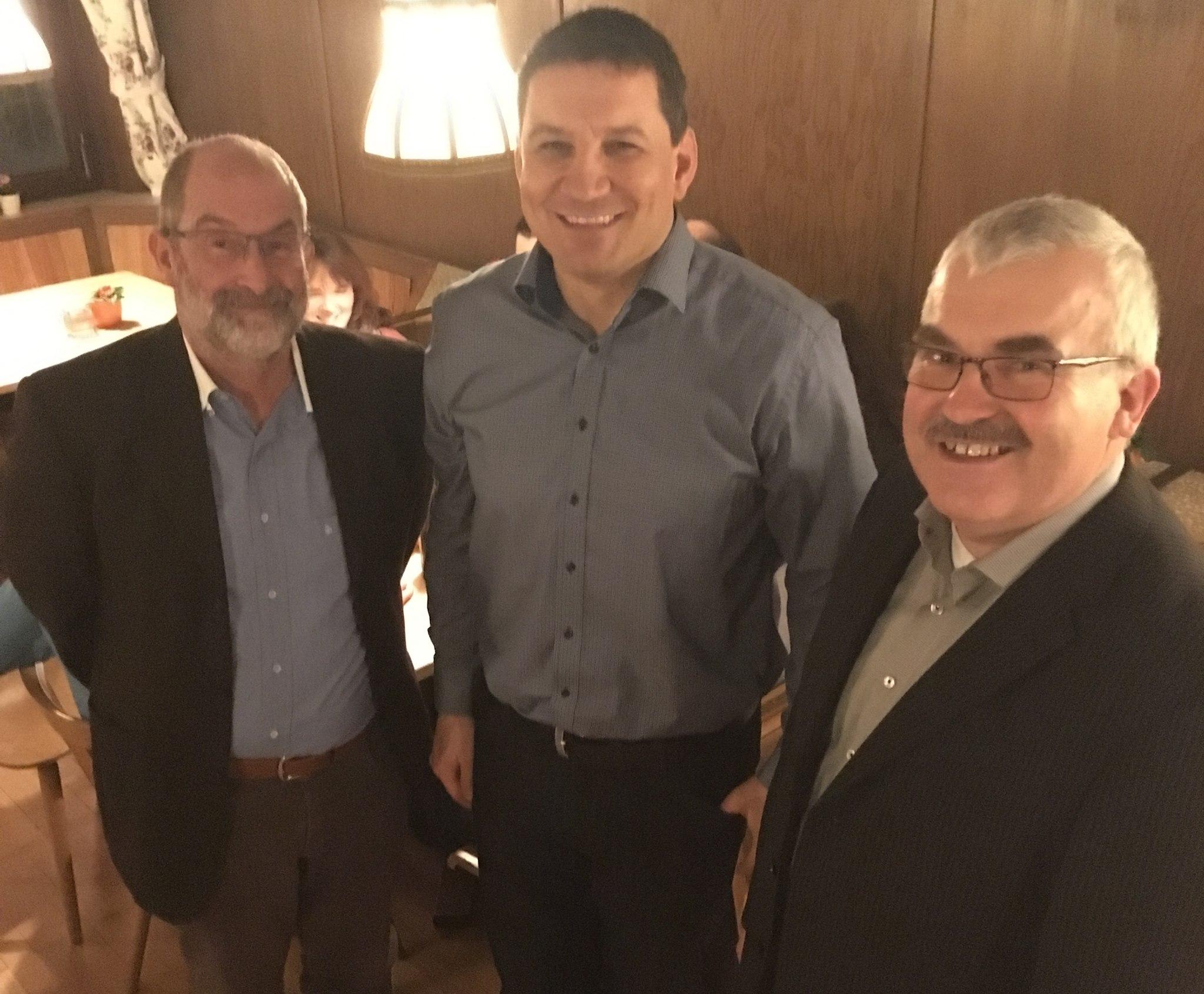 Die Marktgemeinderäte der aktiven ödp Roland Marold und Alfred Holl mit dem Bürgermesiterkandidat Michael Sedelmayer in ihrer Mitte
