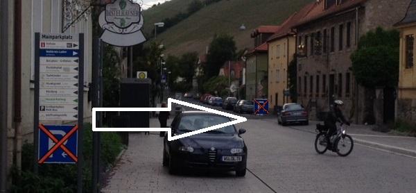Verlegung des Parkplatzschilds während der Sperrung beim Müllerbäck