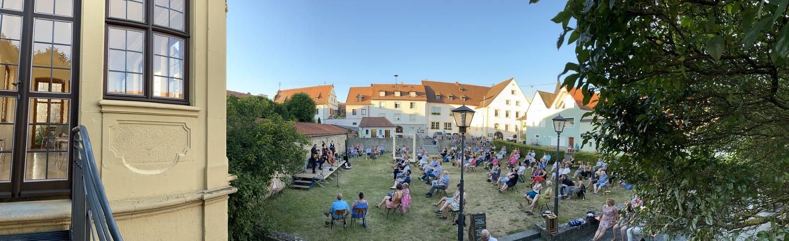 Konzerte am Pavillon - Kultur trotz Corona - Romantischer Rathaushof zwischen Balthasars Badewanne, Balthasar-Neumann-Pavillon und Rathaus Randersacker